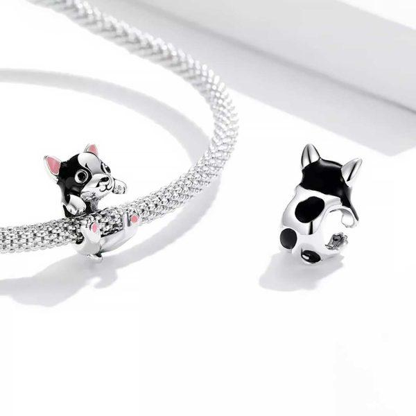 Ezüst karkötőt átölelő francia bulldog charm